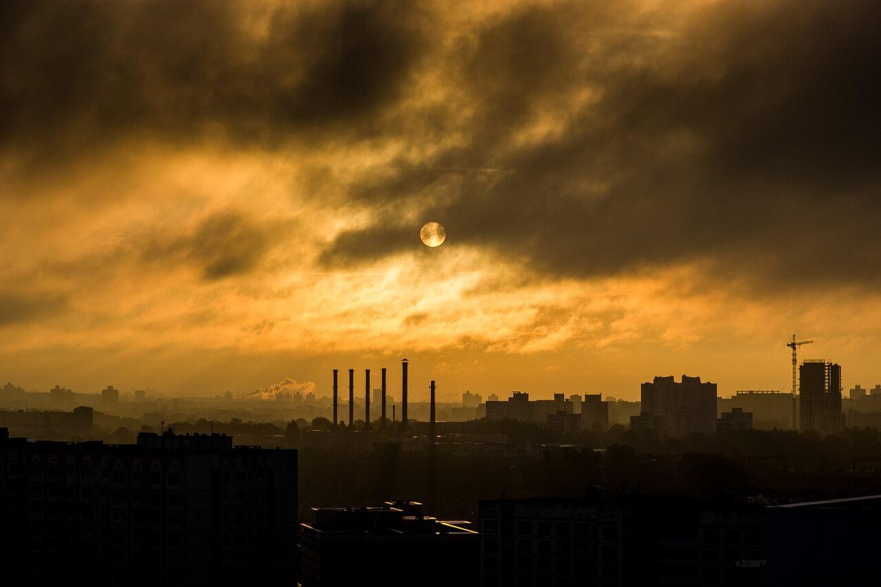 Смог - причинител на респираторни заболявания на жителите на индустриалните райони.