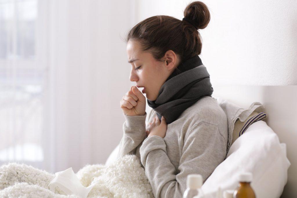 Суха кашлица - на снимката жена при условия на домашно лечение.