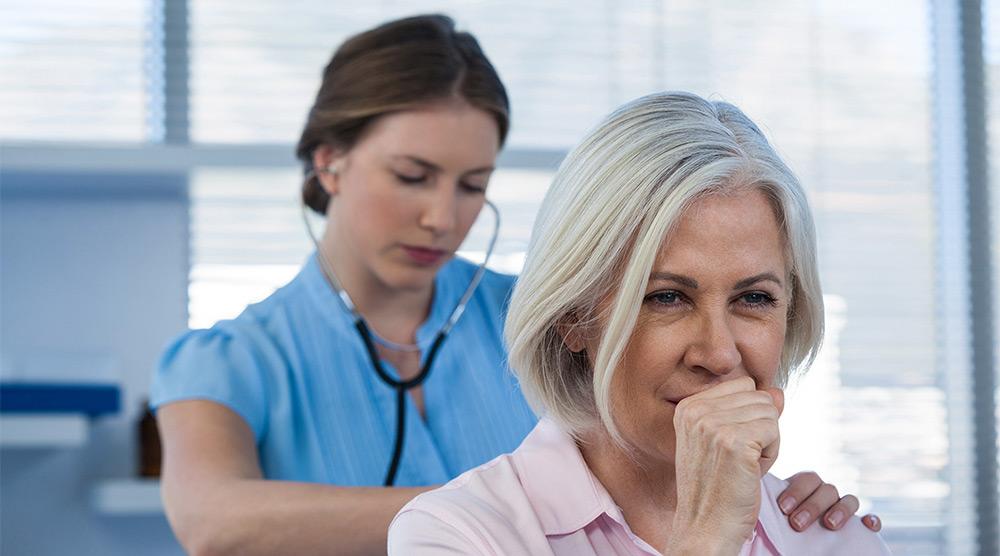 Суха кашлица - медицински преглед на жена с проблем от кашлица.