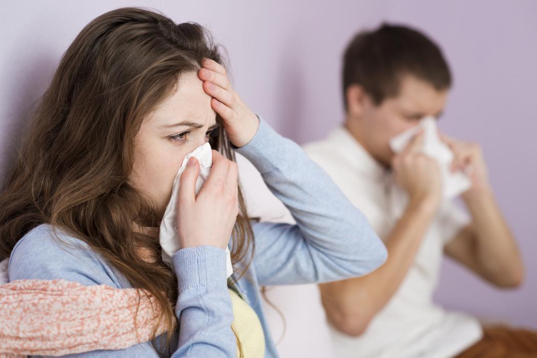 Суха кашлица - на снимката мъж и жена със здравословни проблеми.