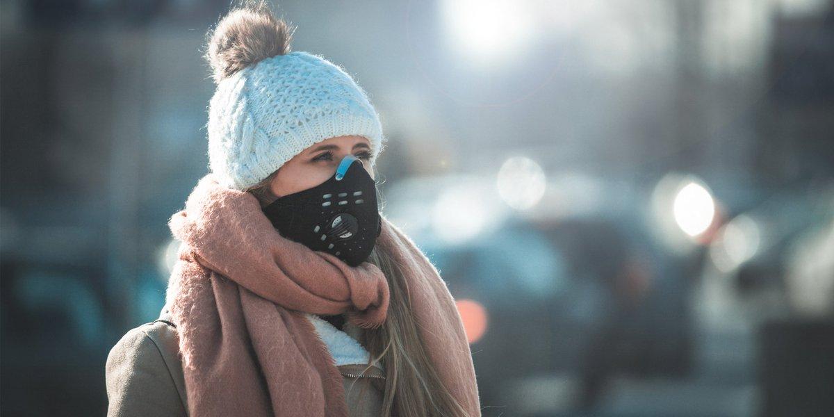 Използване на маска за защита на дихателната система при замърсяване на въздуха.