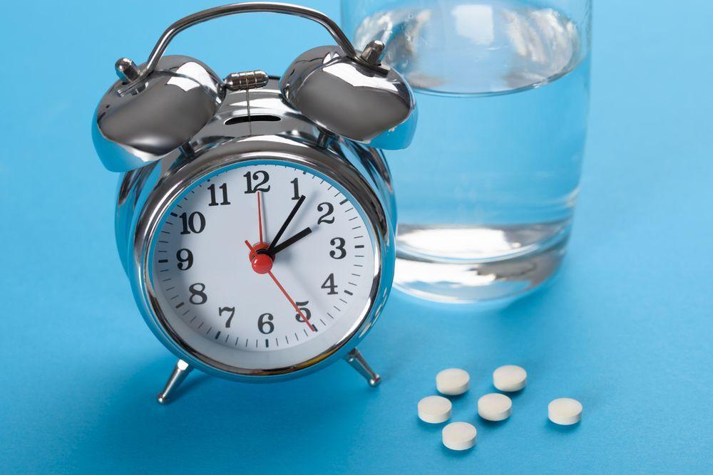 Пробиотик и антибиотик - режим на приемане. Часовник, чаша вода, медикаменти.