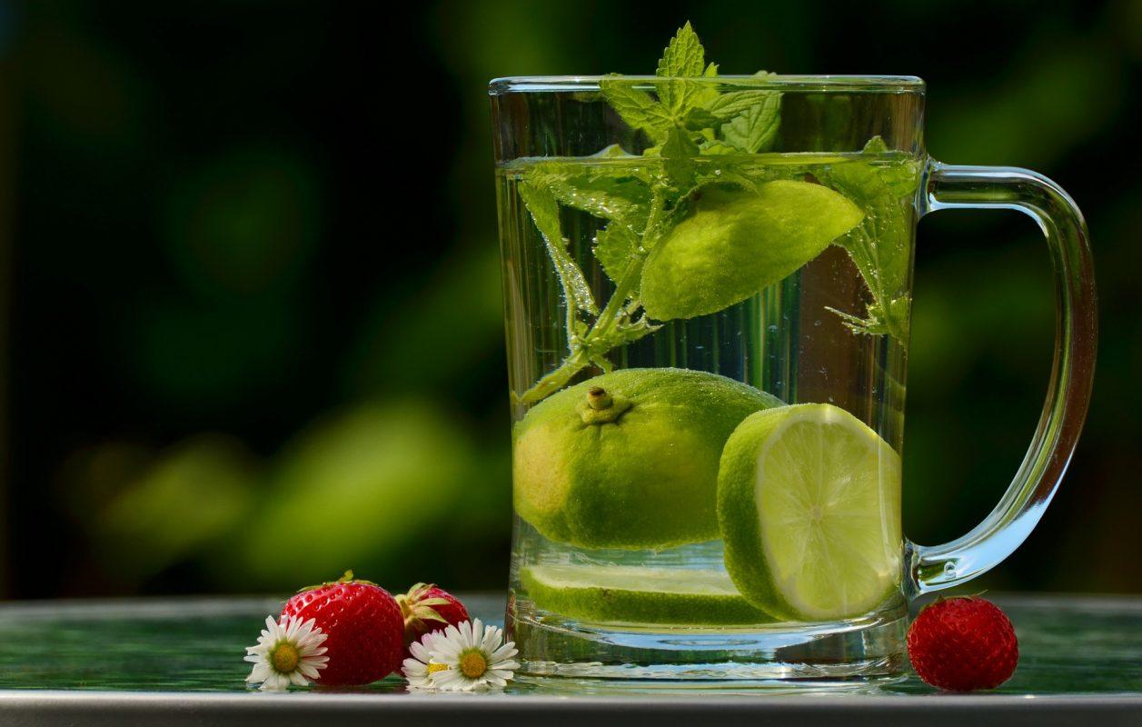 Чаша вода с лимон и мента.