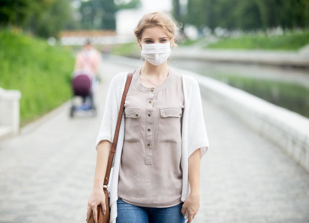 Жена носеща маска против грипа и сезонните инфекции