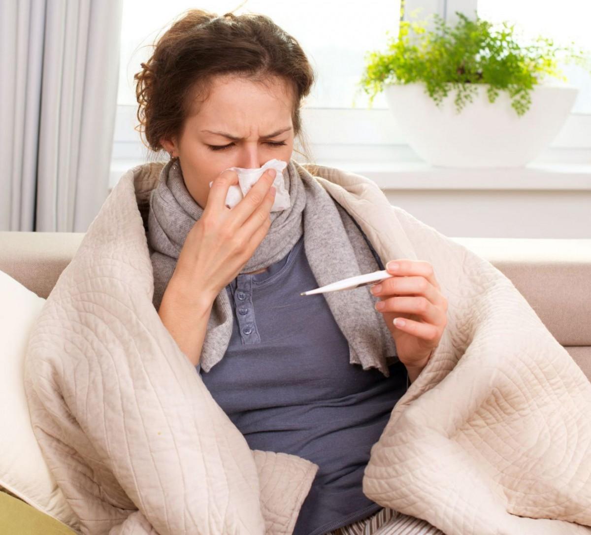 Жена, която си мери телесната температура