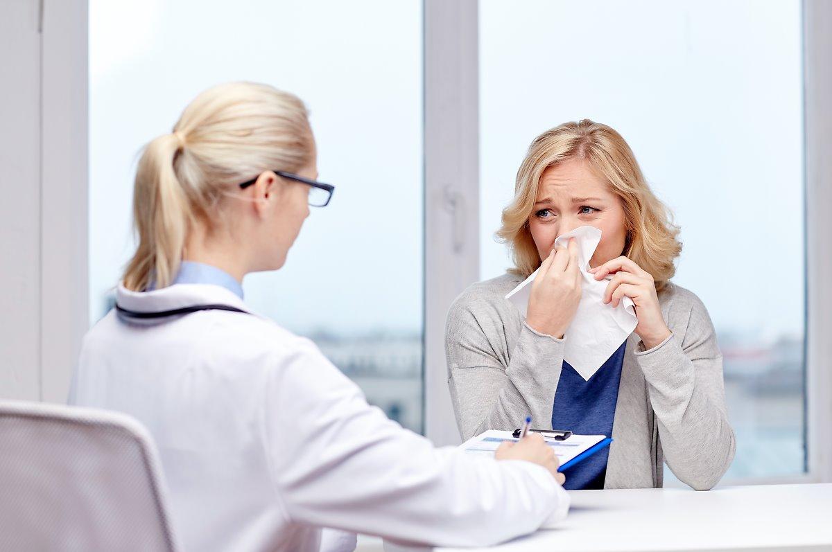 Жена болна от грип на преглед при специалист