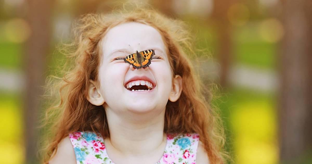Малко момиченце с пеперуда на носа.