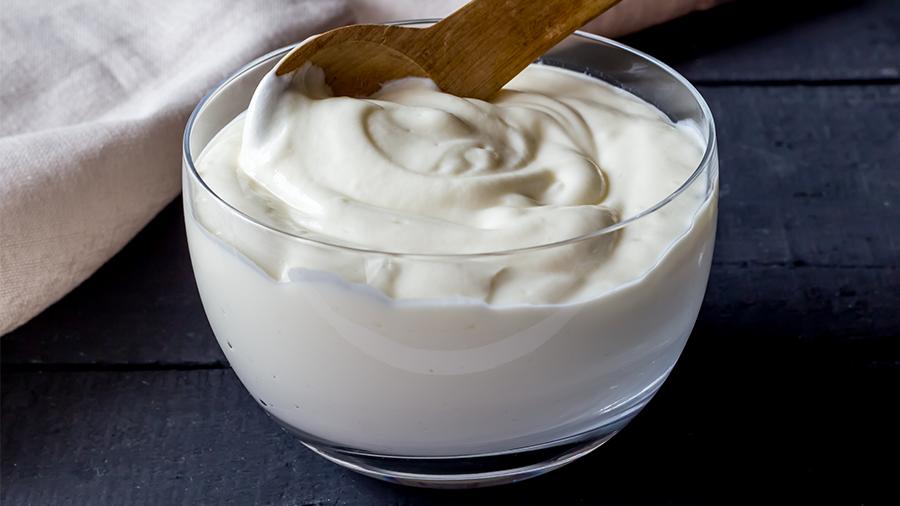 Приготвено кисело мляко за употреба.