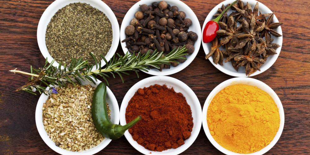 Различни видове подправки за храна.