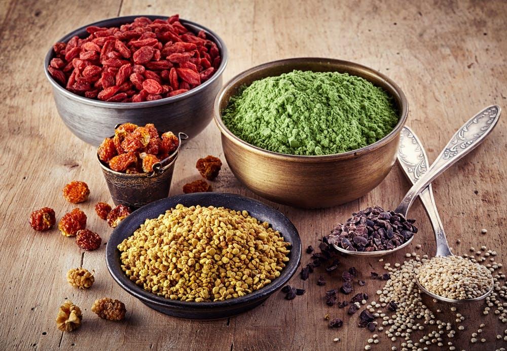 На снимката са представени различни видове супер храни.