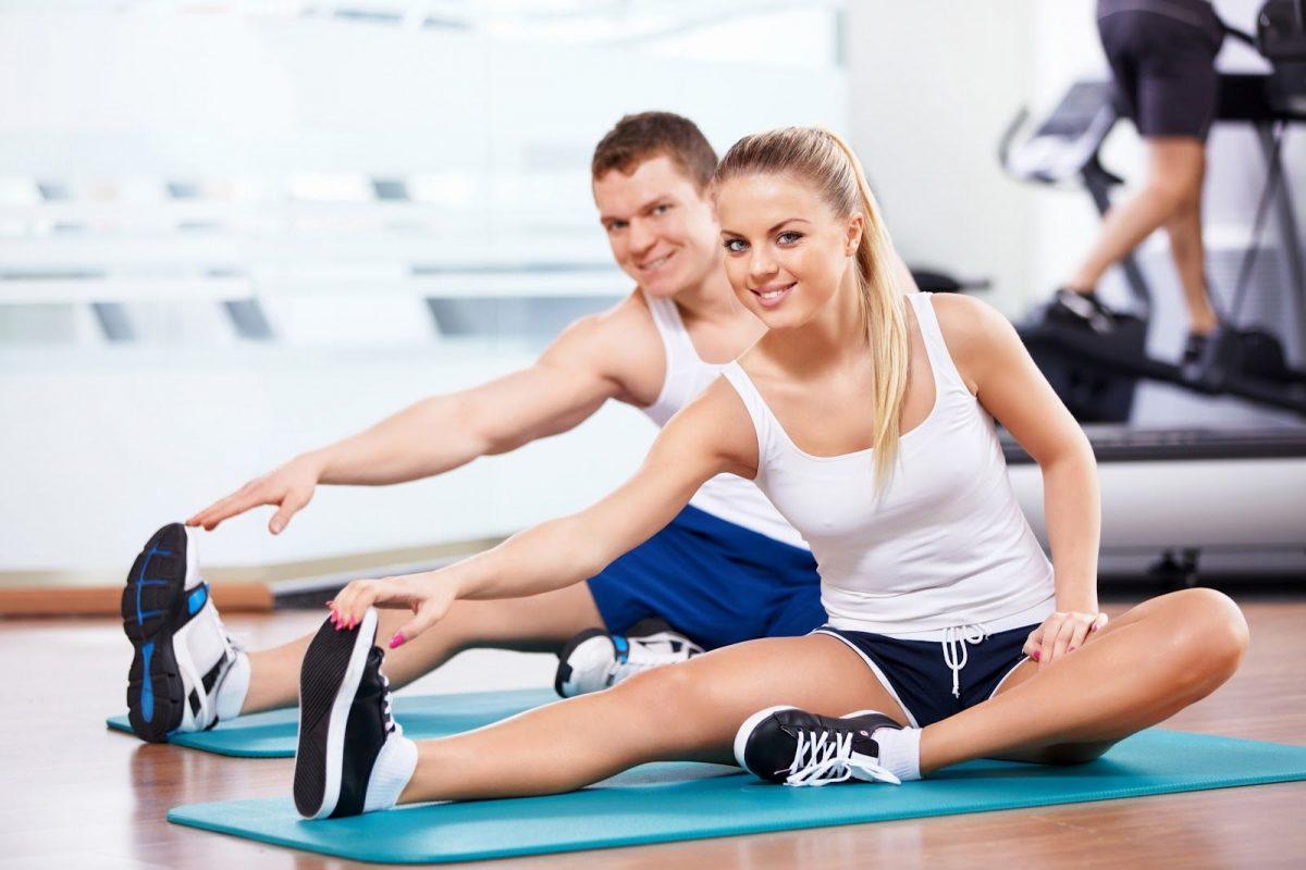 Мъж и жена във фитнес зала по време на тренировка.