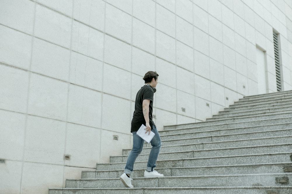 Момче, което се качва по стълби.