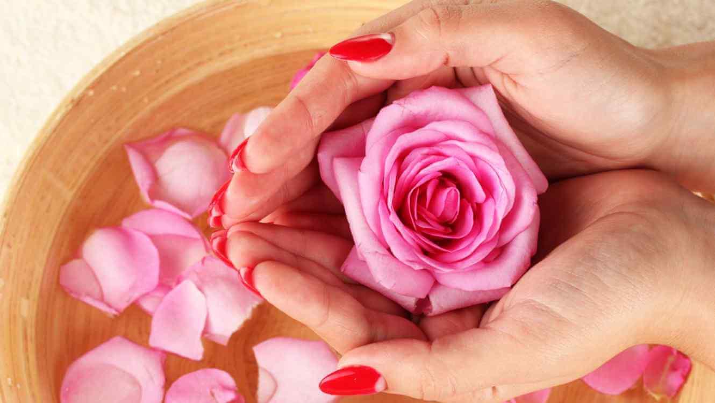 Използване на розова вода за забавяне стареенето на кожата.