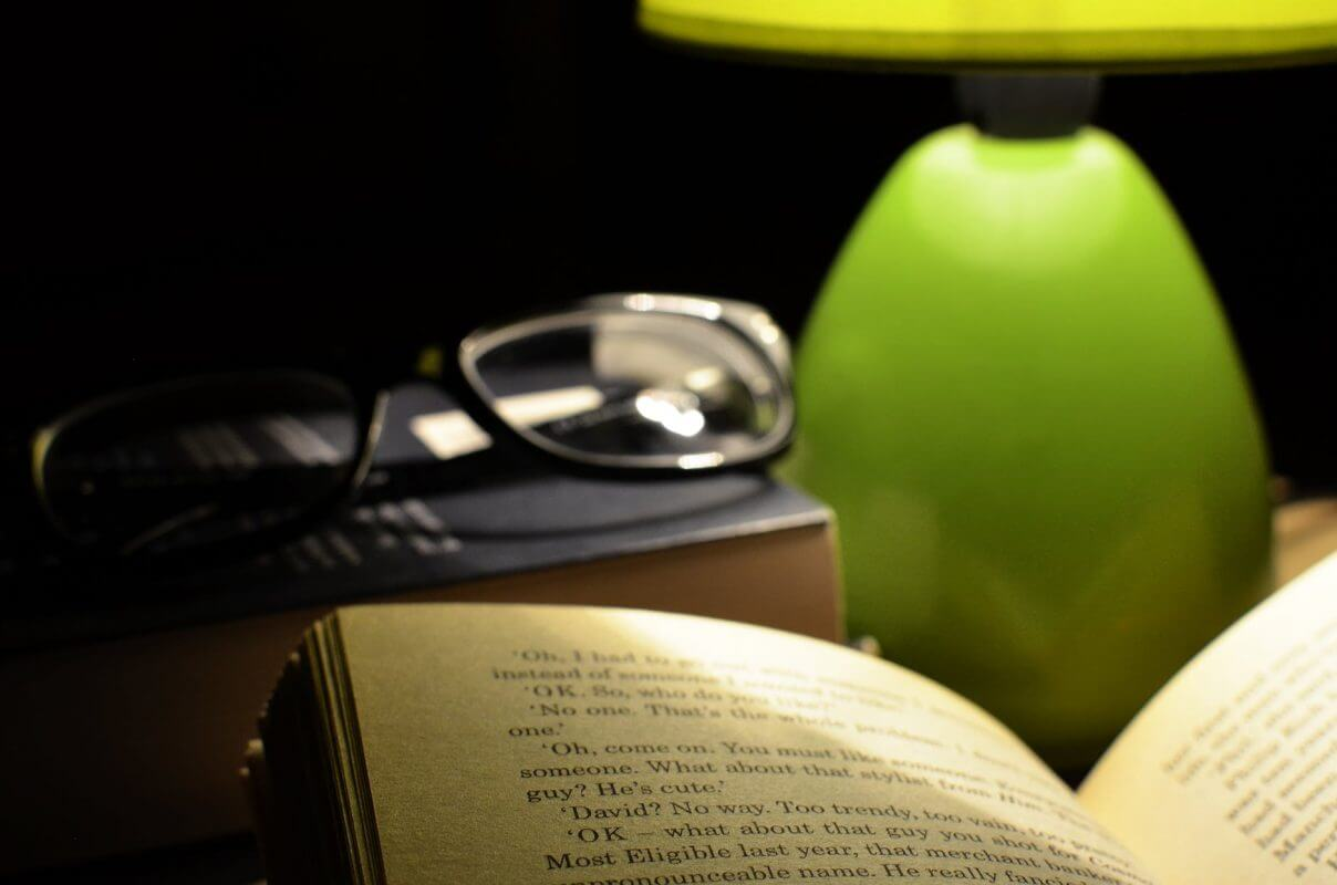 Нощното четене на книга улеснява заспиването.