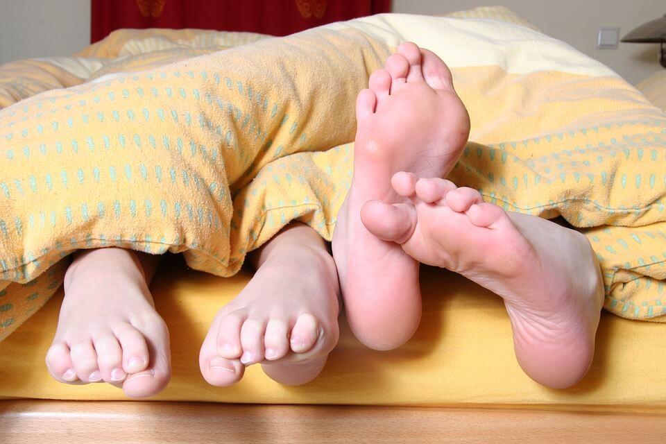 Секс вечер, улеснява заспиването и стимулира добрият сън.