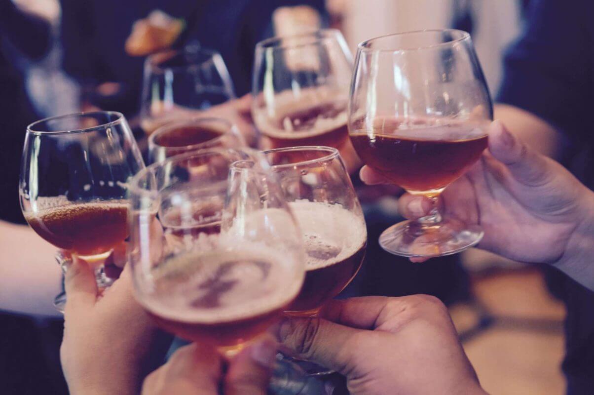 Алкохол и напитки - повишена употреба по празници.