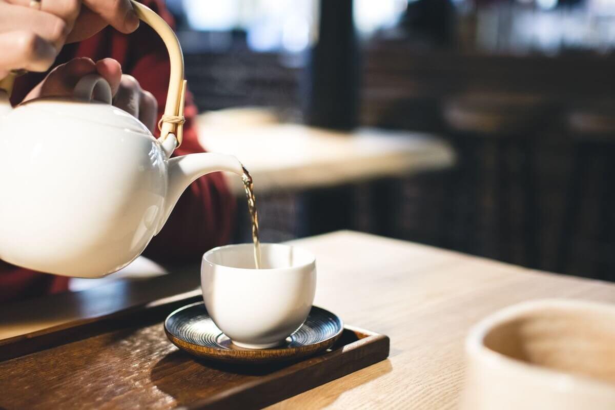 Чай от подходящите билки за влажна кашлица има облекчаващо действие и ускорява лечението.