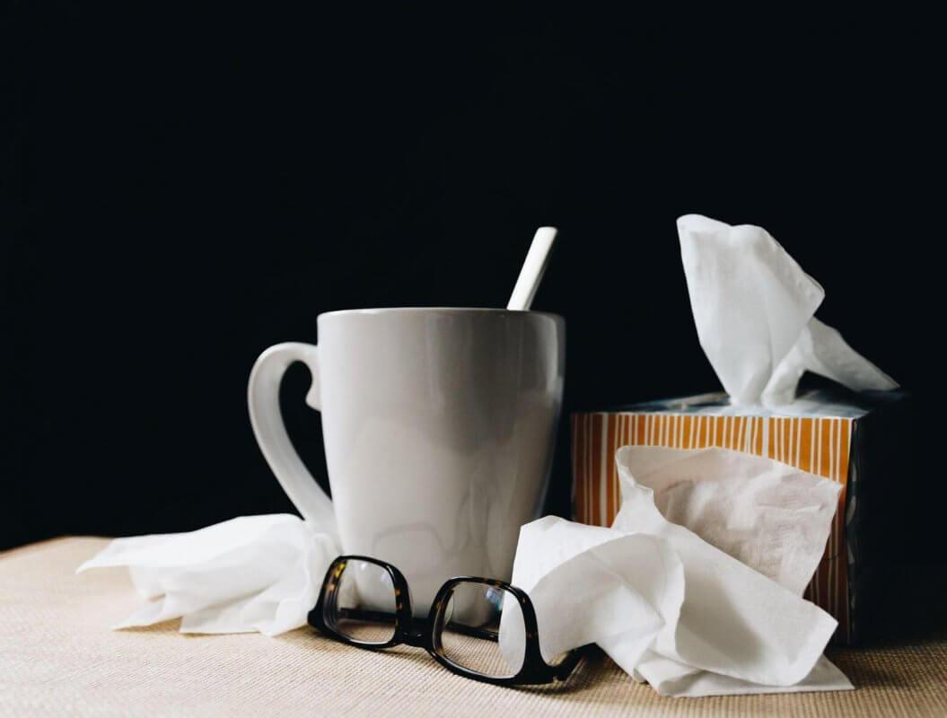 За справяне с влажната кашлица в домашни условия се ползват подходящи билки за чай и инхалация на дихателната система.