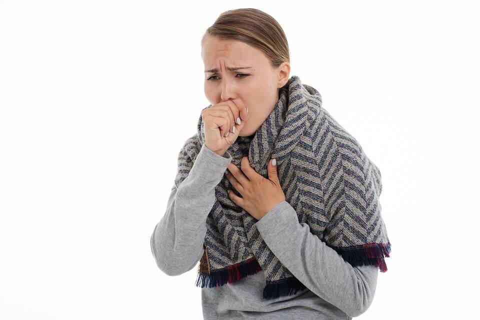 При влажна кашлица секретите в дихателната система затрудняват дишането и ни се струва, че нещо е заседнало и ни пречи.