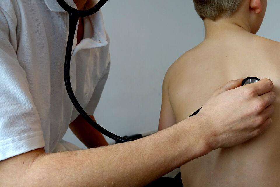 Упоритата хронична кашлица е сред основните симптоми на алергичен ринит (сенна хрема). При него кашлицата е суха.