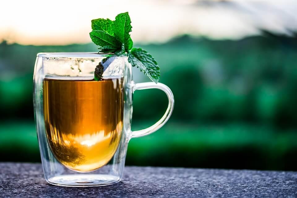 При кашлица можете да направите домашна отвара от мед и пресни ментови листа.