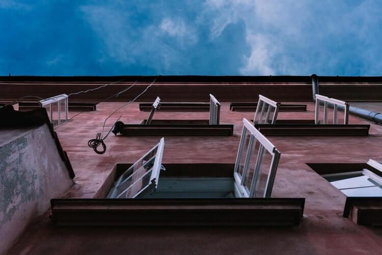 Отворени прозорци на помещения за извършване на проветряване.