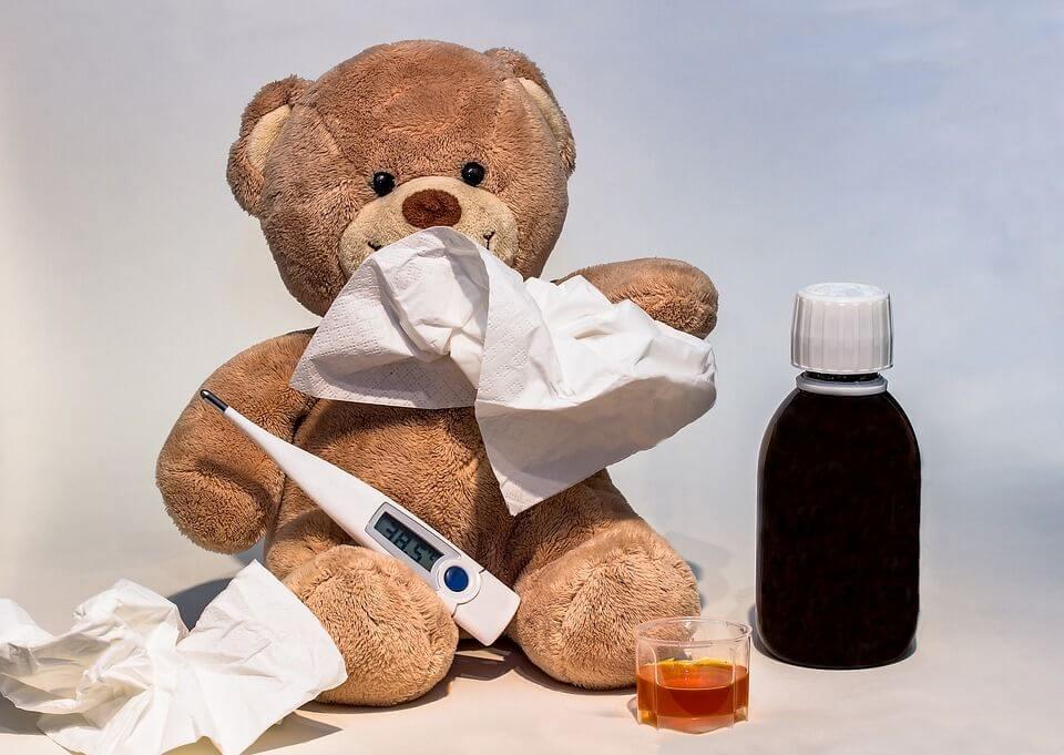 Плюшено мече, термометър за телесна температура, детски сироп за влажна кашлица.