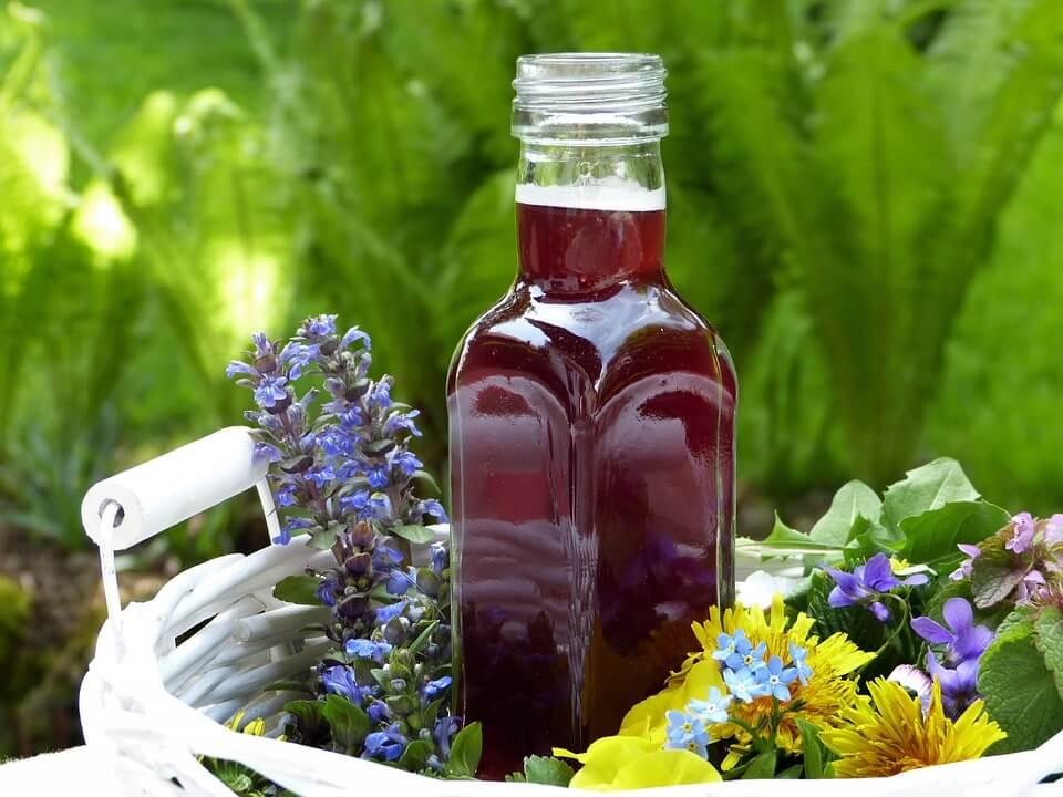Народната медицина познава редица билки против кашлица. Сред тях са познатите лайка, мента, риган, босилек и мащерка, които се борят с възпалителните процеси.