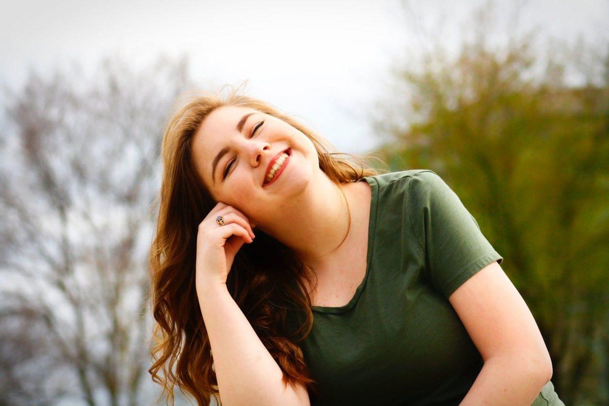 имунитета при възрастните - жена позира с усмивка