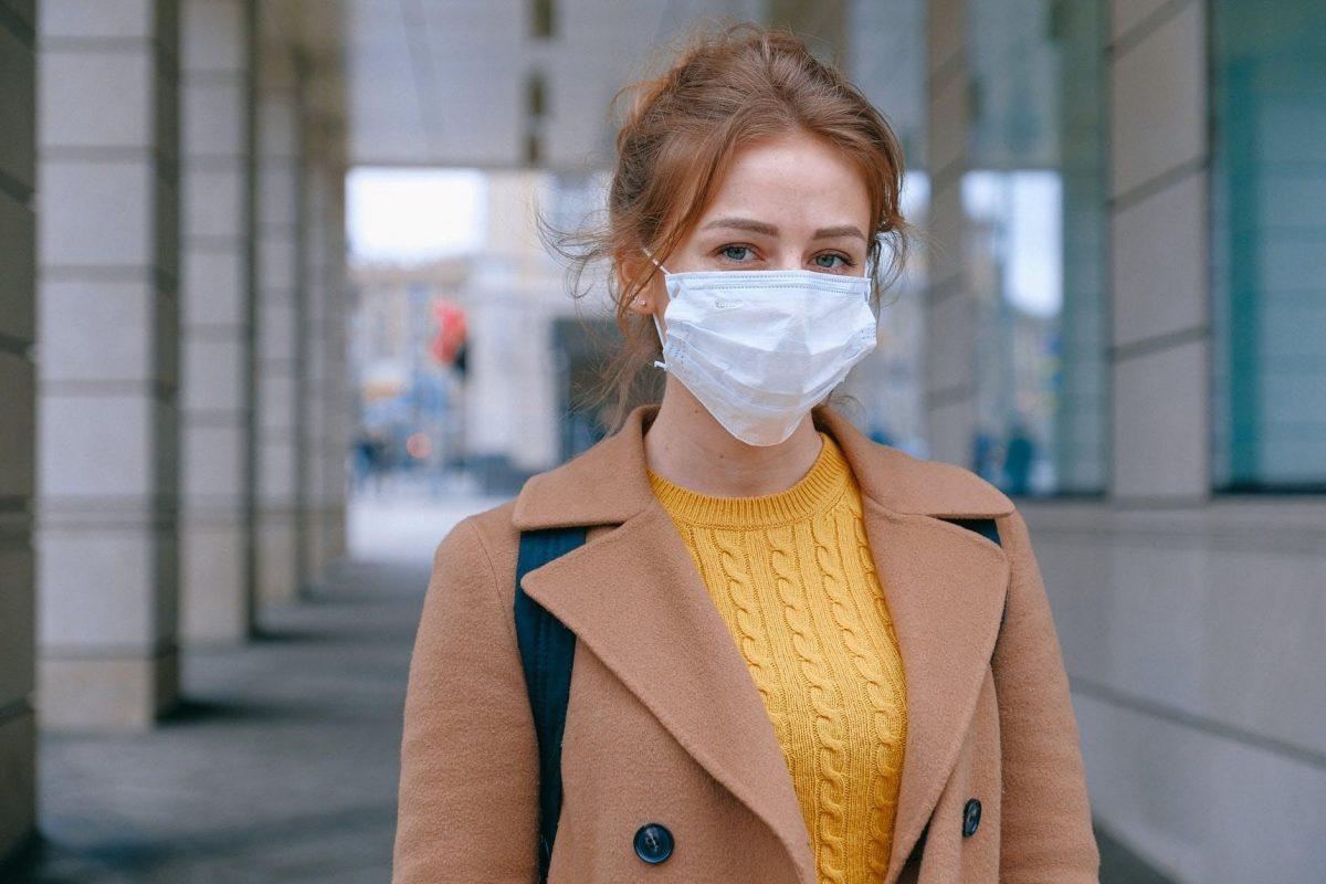 грижа за имунната система - жена позира с лекърска маска