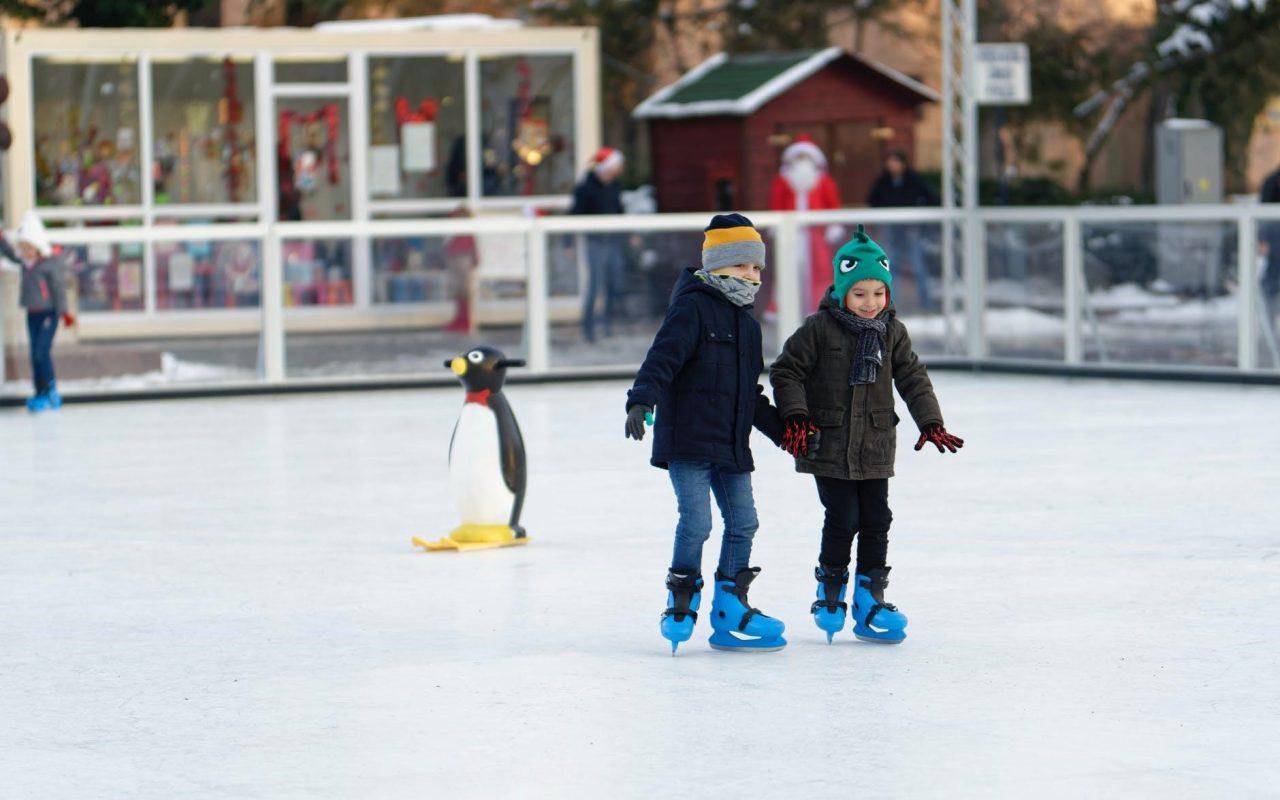 засилване на имунитета при децата - две деца на ледена пързалка