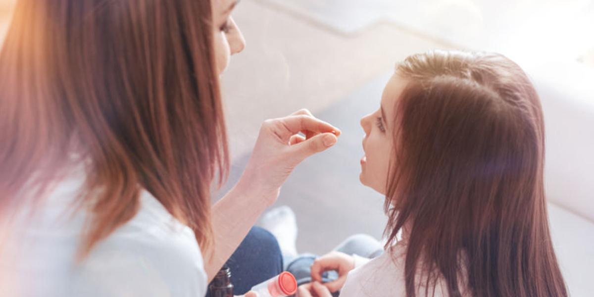 Дете взема цинк за здрав имунитет