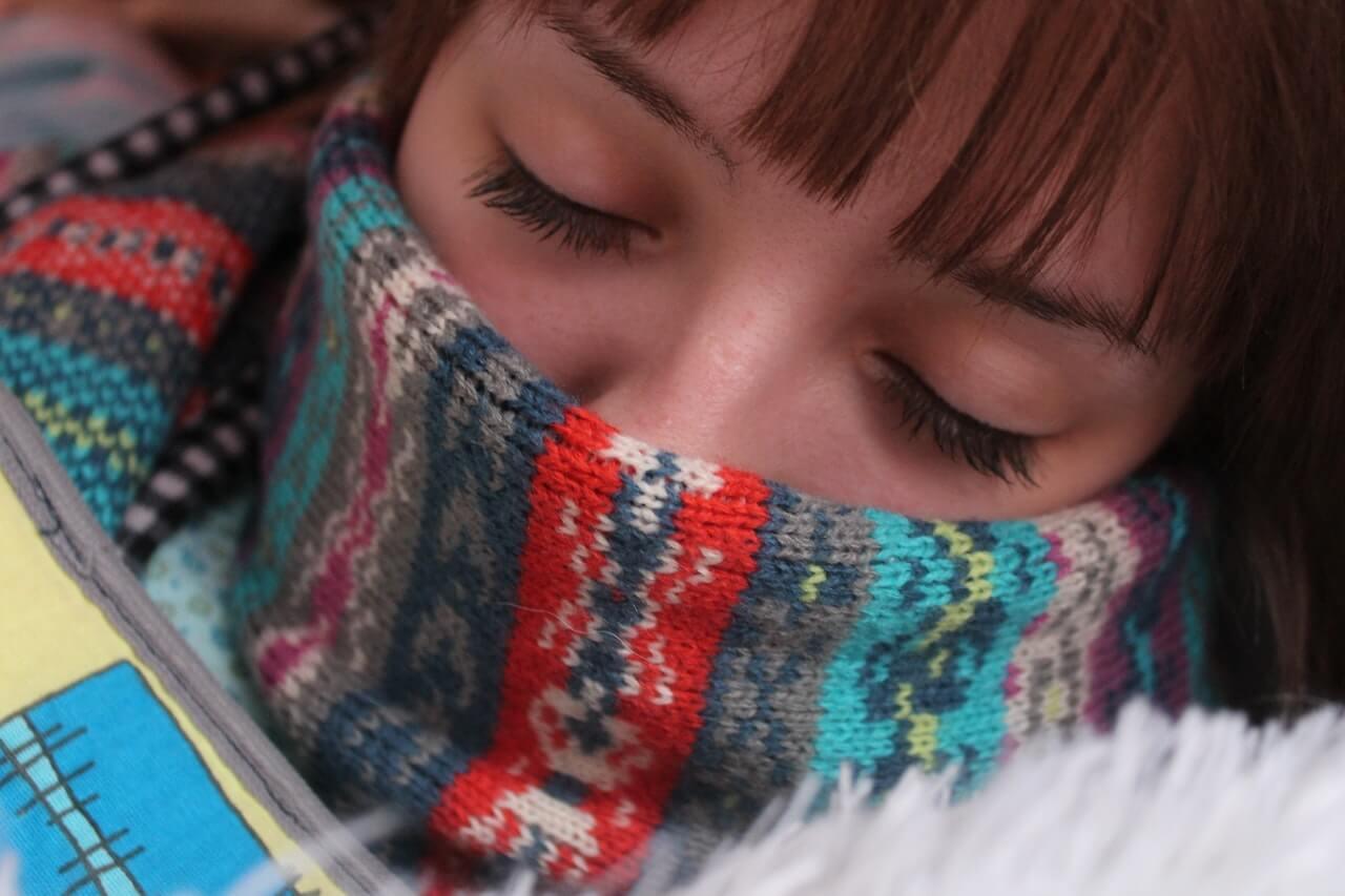жена спи шал