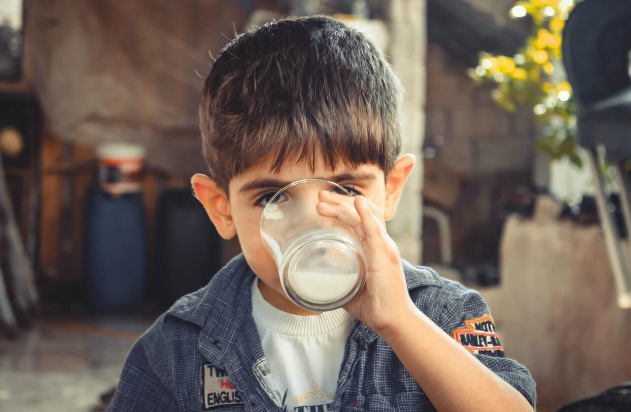дете пие течности
