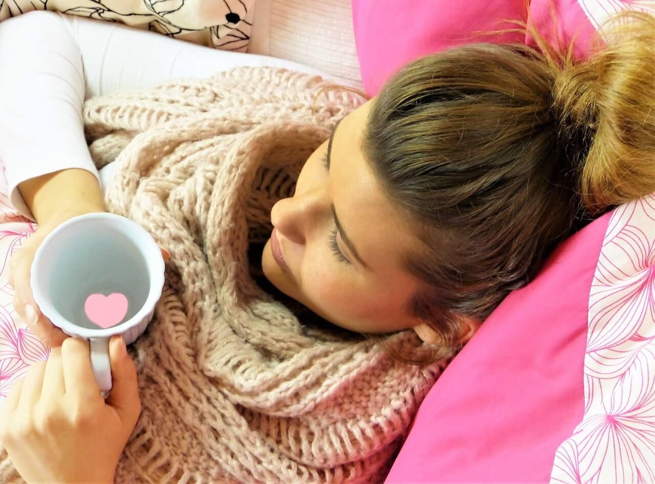 млада жена болна чаша