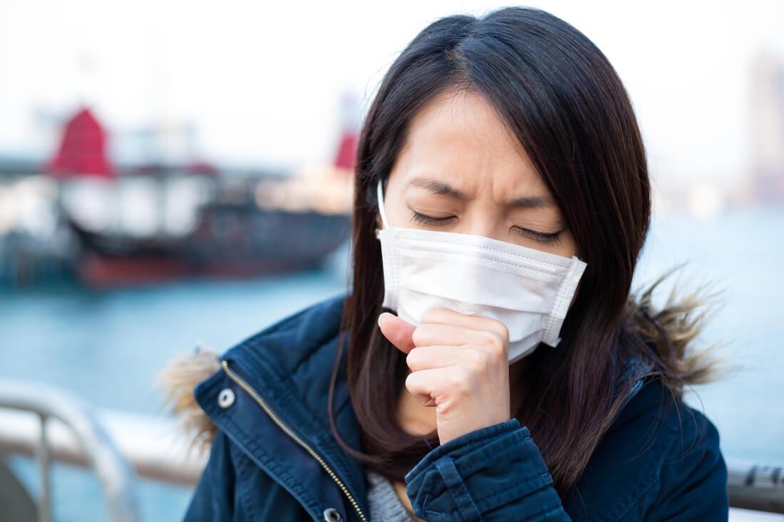 zhena-maska-kashlitsa-alergiya